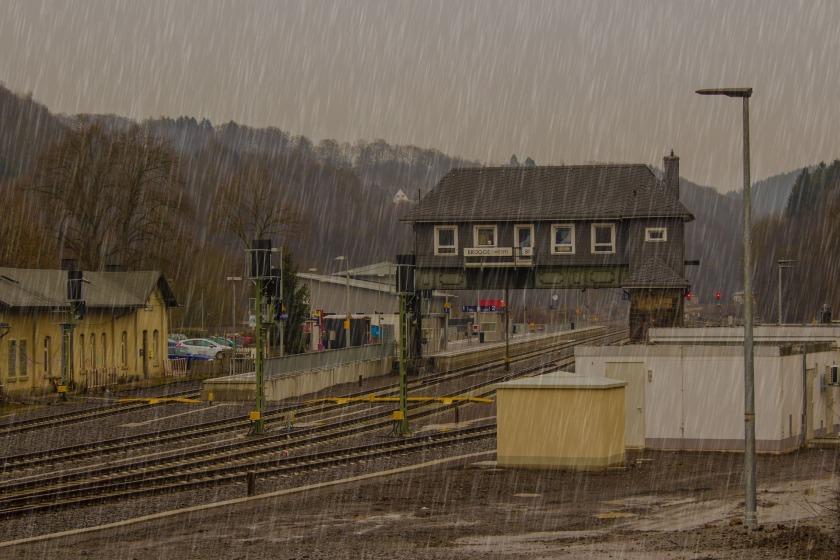 raining-2064101_1920